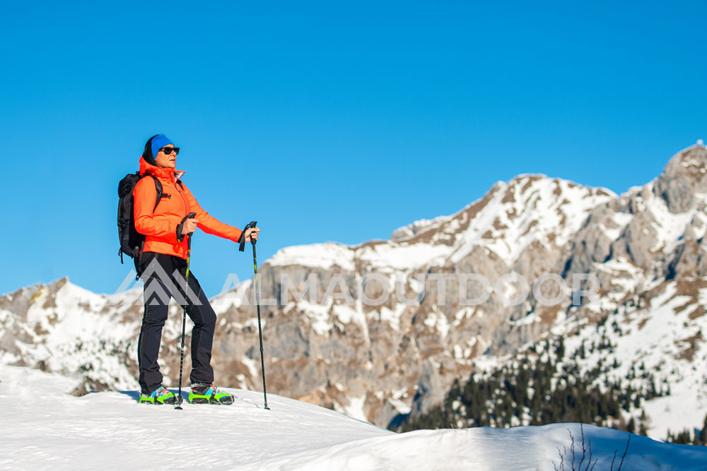 Trekking nieve mujer montaña